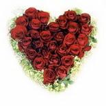 kalp biçiminde 15 gülden   Sakarya internetten çiçek satışı