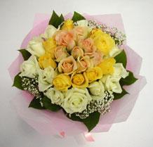 sari ve beyaz gül karisimda   Sakarya hediye sevgilime hediye çiçek