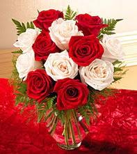 Sakarya çiçek gönderme  5 adet kirmizi 5 adet beyaz gül cam vazoda