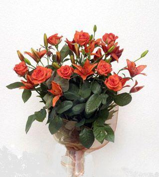 9 adet gül ve 3 adet lilyum çiçegi buketi   Sakarya çiçek gönderme sitemiz güvenlidir