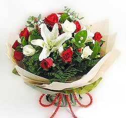 güller ve kazablanklardan görsel bir buket  Sakarya güvenli kaliteli hızlı çiçek