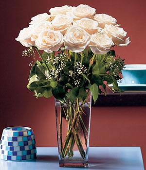 Sakarya çiçek , çiçekçi , çiçekçilik  Cam yada mika vazo içerisinde 12 gül
