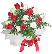 Sakarya hediye sevgilime hediye çiçek  12 adet kirmizi ve beyaz güller buket