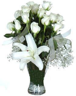 cam içerisinde 11 beyaz gül ve 1 kazablanka  Sakarya kaliteli taze ve ucuz çiçekler