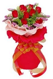 Sakarya çiçek yolla  8 Adet kirmizi güllerden buket tanzimi
