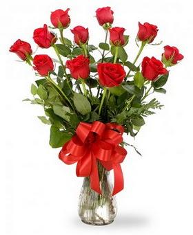 Sakarya hediye sevgilime hediye çiçek  12 adet kırmızı güllerden vazo tanzimi
