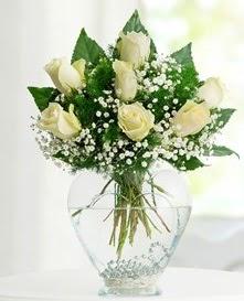 Cam içerisinde 7 adet beyaz gül  Sakarya çiçek yolla