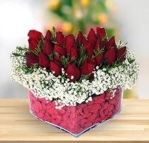 15 kırmızı gülden kalp mika çiçeği  Sakarya anneler günü çiçek yolla