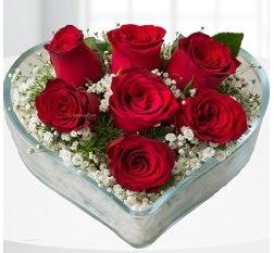 Kalp içerisinde 7 adet kırmızı gül  Sakarya hediye çiçek yolla