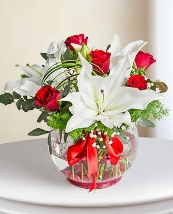 Fanus Vazoda 2 Lilyum ve 5 Gül Dansı  Sakarya uluslararası çiçek gönderme