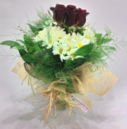 5 adet kırmızı gül ve kırızantem buketi  Sakarya çiçek gönderme sitemiz güvenlidir