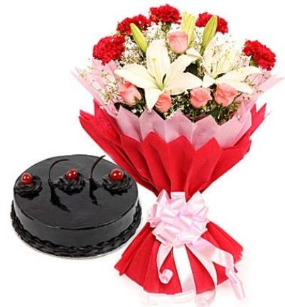 Karışık mevsim buketi ve 4 kişilik yaş pasta  Sakarya çiçek mağazası , çiçekçi adresleri